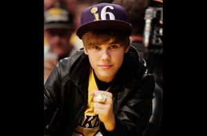 501380-justin-bieber-ring-lakers-617-409